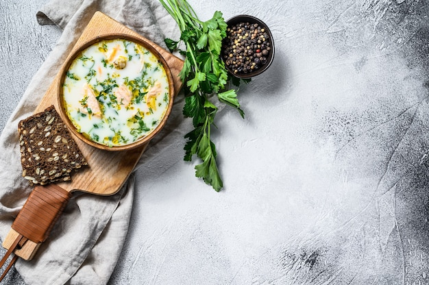Kremowa zupa rybna z łososiem, pstrągiem, ziemniakami i natką pietruszki