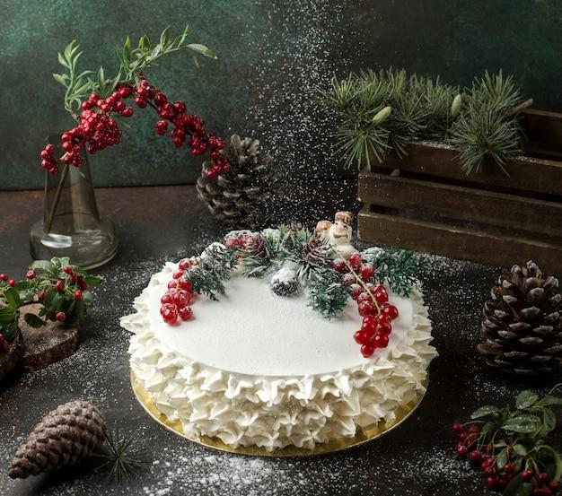 Kremowe ciasto z żurawiną na stole