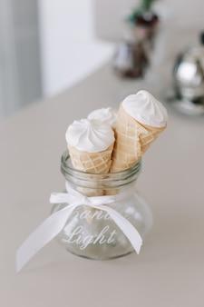 Kremowe rożki lodów waniliowych w kuchni