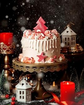 Kremowy deser z różowym drzewkiem cukierków na wierzchu