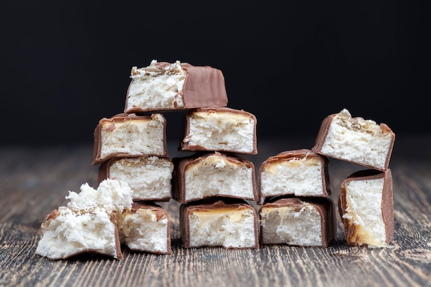 Kremowy nugat oblany mleczną czekoladą, tabliczka czekolady z kakao i miękki nugat z karmelem
