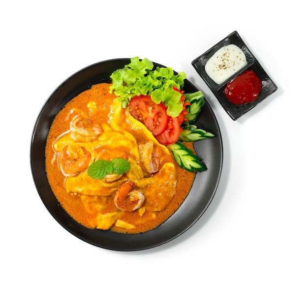 Kremowy omlet z krewetkami sos tom yum na ryżu przepis podany sos pomidorowy i majonez thaifood fusion style udekoruj rzeźbione warzywa topview