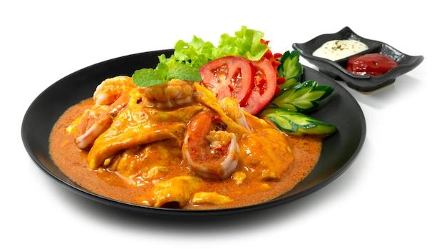 Kremowy omlet z krewetkami sos tom yum na ryżu przepis podany sos pomidorowy i majonez thaifood fusion style udekoruj rzeźbione warzywa z boku