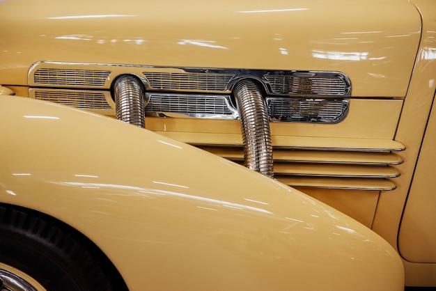 Kremowy samochód retro