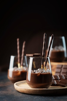 Kremowy słodki likier z czekoladą