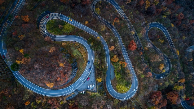 Kręta droga nikko jesienią, japonia
