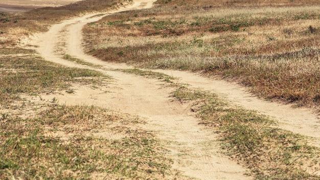 Kręta polna droga na wsi