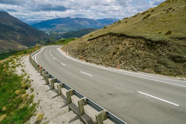 Kręta pusta droga na górze
