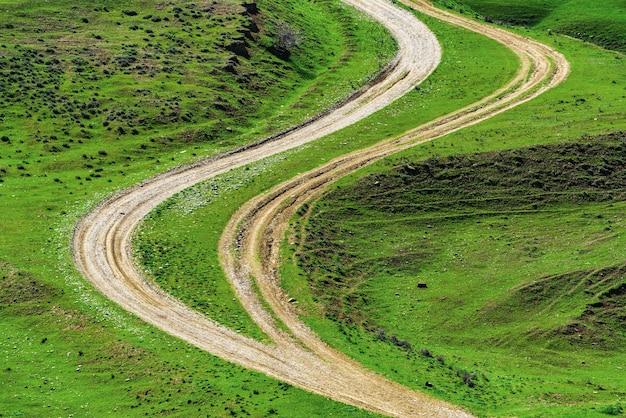 Kręte drogi gruntowe w zielonym polu