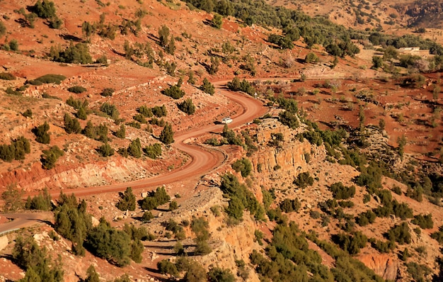 Kręte drogi w górach atlas, maroko