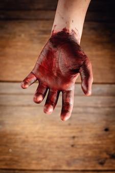 Krew na dłoni z drewnianym