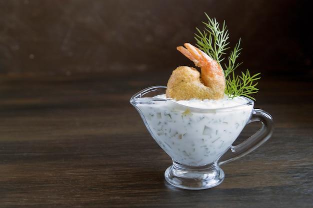 Krewetki smażone w cieście z sosem tatarskim