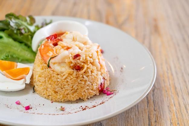 Krewetki smażony ryż z solonym jajkiem na talerzu
