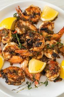 Krewetki szarpane lub grillowane krewetki po jamajsku na talerzu