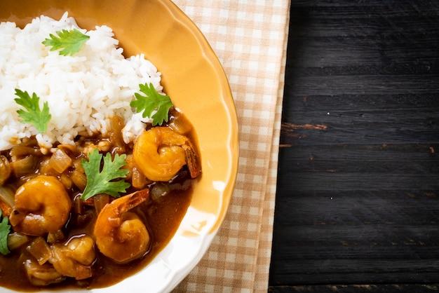 Krewetki w sosie curry na posypanym ryżem