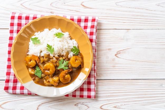 Krewetki w sosie curry na ryżu