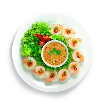 Krewetki z cienkim makaronem serwowane orzechy chili i warzywa