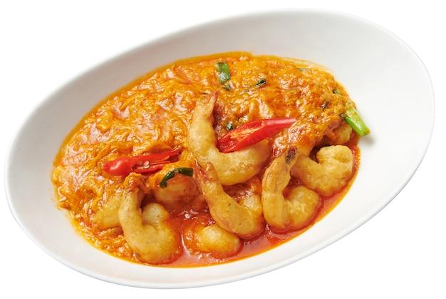 Krewetki z sosem curry na białym tle