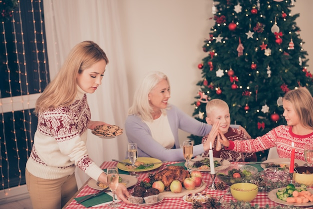 Krewni wspólnie cieszą się świąteczną ucztą