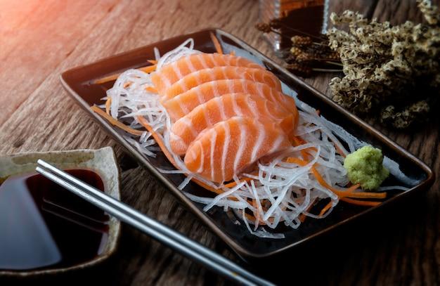Krój w stylu japońskim z łososiem.