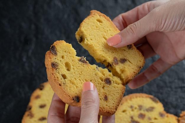 Krojenie ciasta sułtanki na pół w dłoni