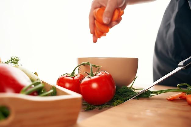 Krojenie marchewki na deskę do krojenia w kuchni gotowanie wegetarianizmu
