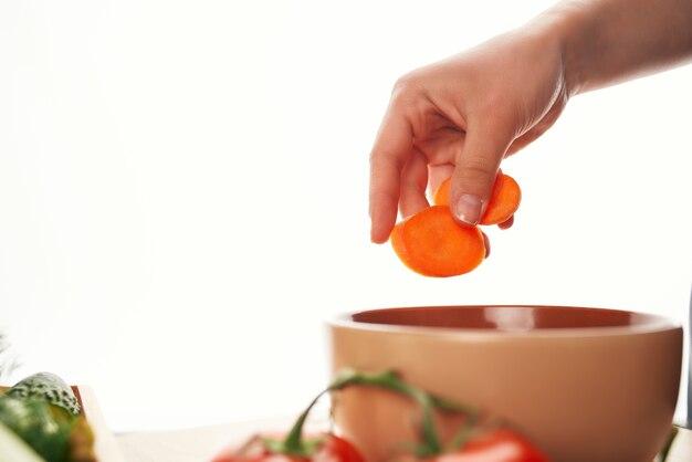 Krojenie marchewki w kuchni gotowanie sałatki zdrowie witaminy