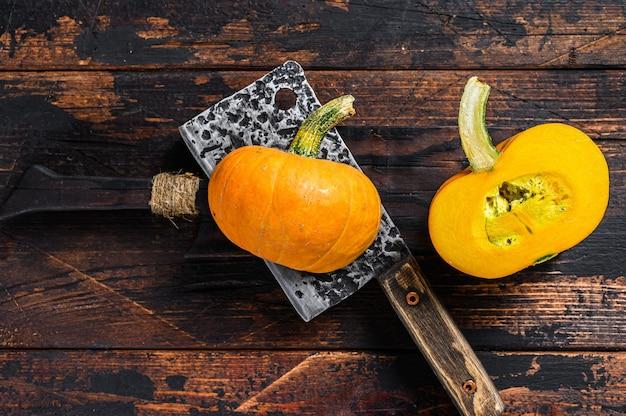 Krojenie surowej pomarańczowej dyni