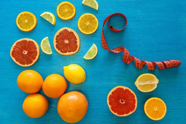 Krojenie surowej żywności i całe owoce cytrusowe pomarańcza cytryna grejpfrut widok z góry owoce o