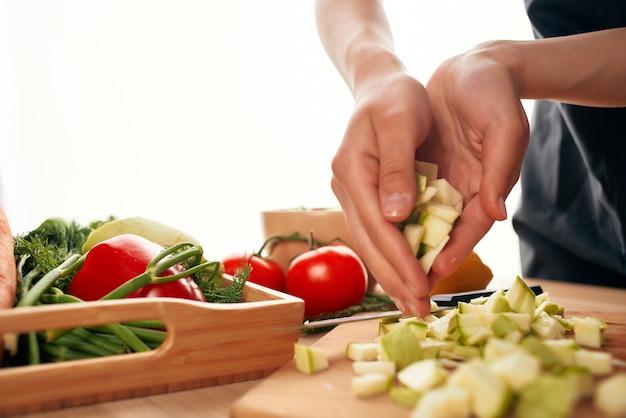 Krojenie warzyw na gotowanie w kuchni deska do krojenia. zdjęcie wysokiej jakości