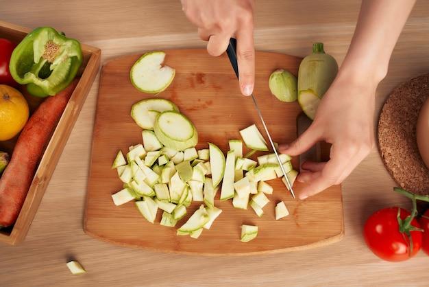 Krojenie Warzyw W Kuchni Gotowanie Zdrowe Odżywianie Premium Zdjęcia