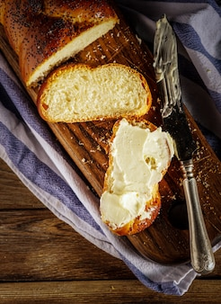 Krojona hala z masłem to tradycyjny żydowski słodki bochenek chleba sabatowego.