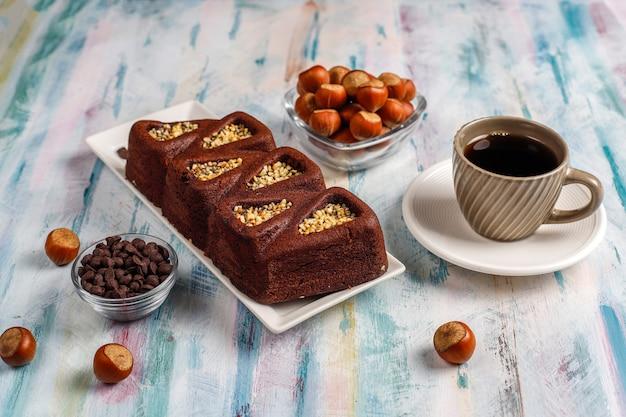Krojone ciasto brownie z orzechami laskowymi.