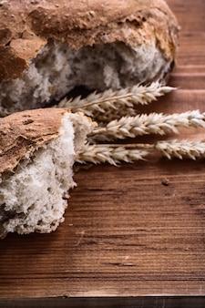 Krojonego chleba i epoki żyta na vintage drewniane jedzenie i picie koncepcji
