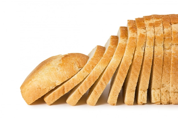 Krojonego chleba na białym tle