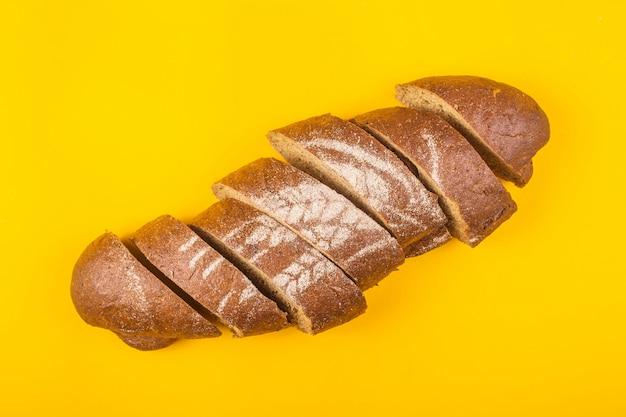 Krojonego chleba na obiad na żółtym tle