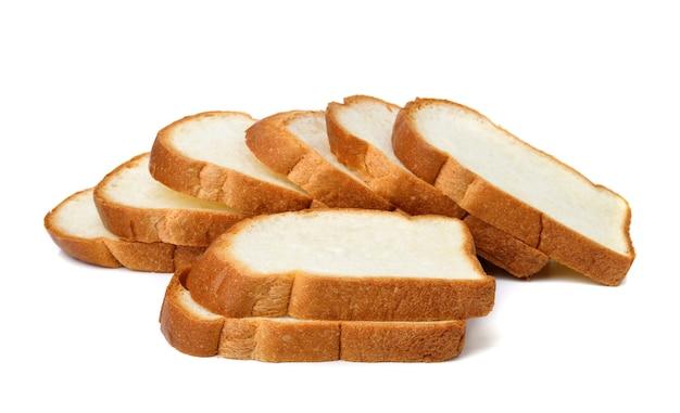 Krojony chleb na białym tle