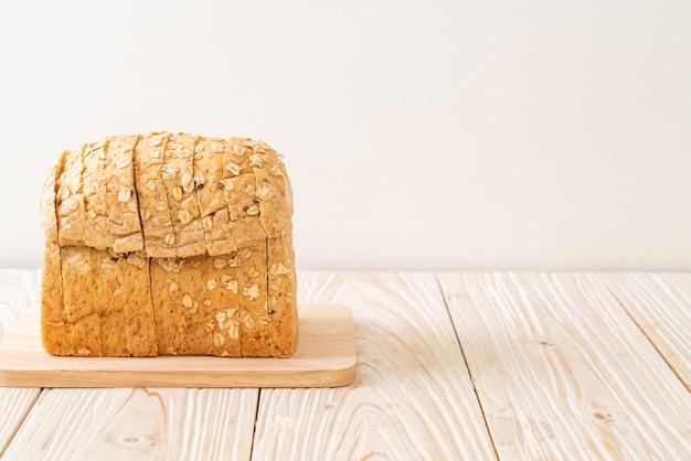Krojony chleb pełnoziarnisty na drewnianym stole