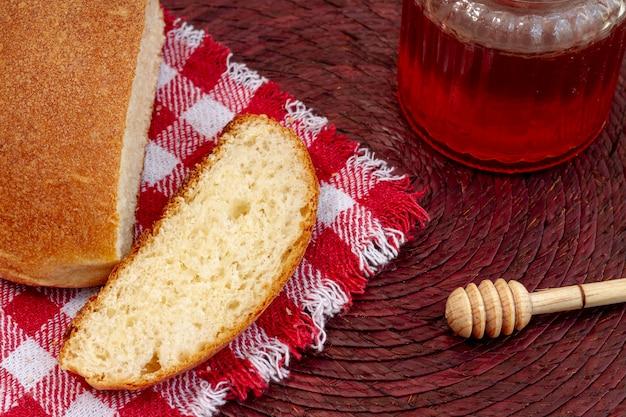 Krojony chleb z dżemem wysokim widokiem
