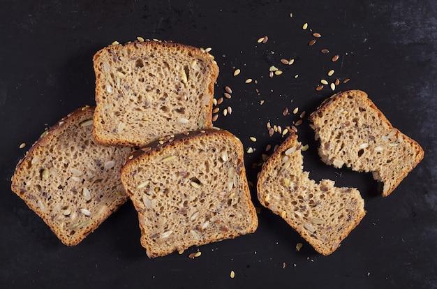 Krojony chleb z różnymi ziarnami