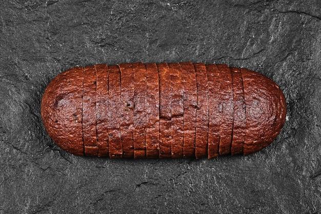 Krojony czarny chleb.
