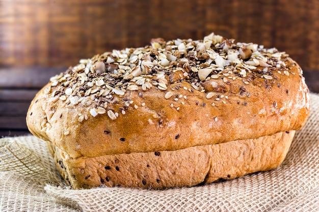 Krojony domowy chleb wegański z kasztanów, owsa, liczi, zbóż i biologicznych drożdży, bez mleka