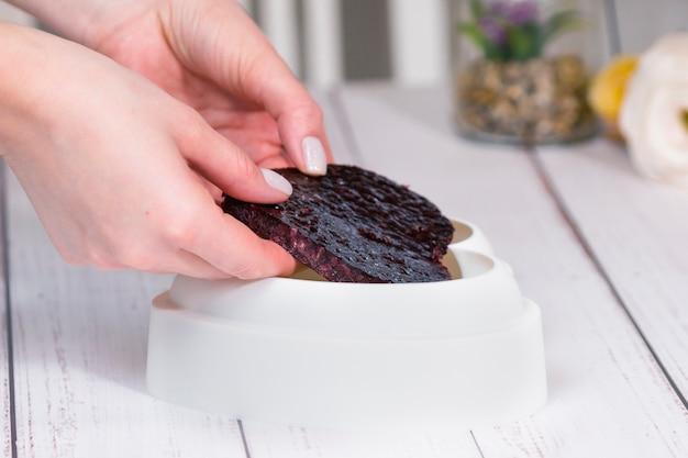 Krok po kroku proces robienia ciasta musowego z lustrzaną glazurą gotowanie francuskiego deseru