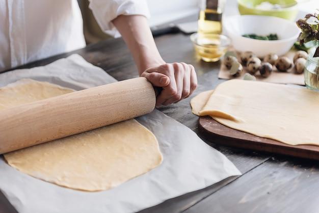 Krok po kroku szef kuchni przygotowuje ravioli z serem ricotta, żółtkami przepiórczymi i szpinakiem z przyprawami. szef kuchni pracuje z ciastem