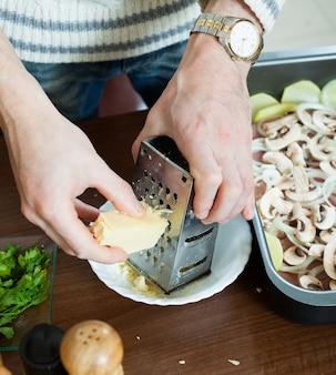 Kroki gotowania mięsa w stylu francuskim. greating sera