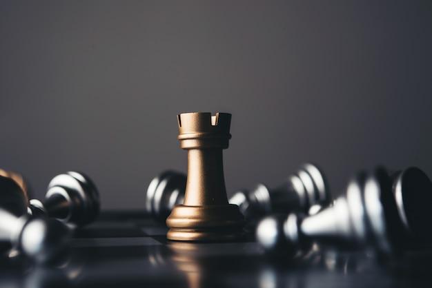 Król i rycerz szachowa instalacja na ciemnym tle.