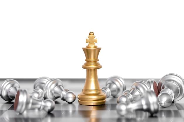 Król szachów bitwa na szachownicy. koncepcja lidera biznesu. na białym tle. ścieżki obcinania.