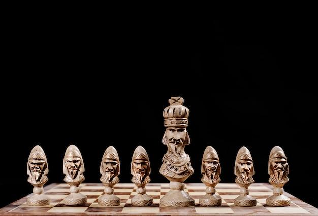 Król z pionkami na szachownicy