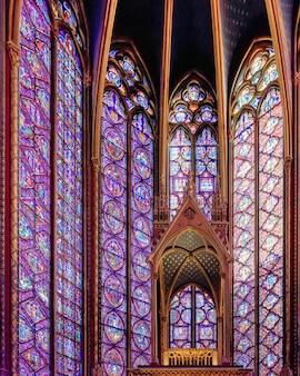 Królewska kaplica sainte-chapelle w stylu gotyckim z oknami zdobionymi klejnotami w paryżu we francji