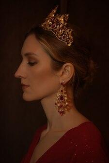 Królewska kobieta w czerwonej sukience